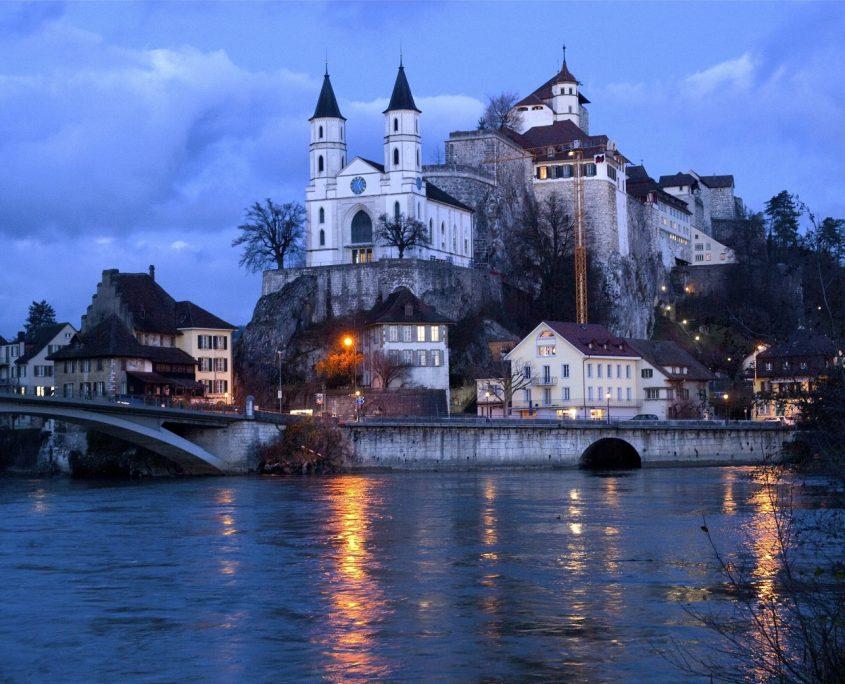Aargau Aarburg bei Nacht am Fluss Aare