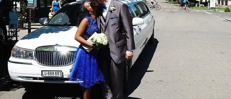 Glückliches Brautpaar dank Krystal Limo