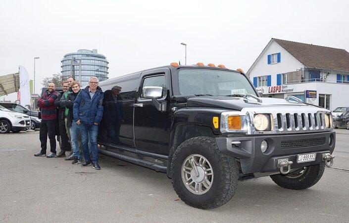 Jungs Ausflug mit Hummer Limo nach Bern